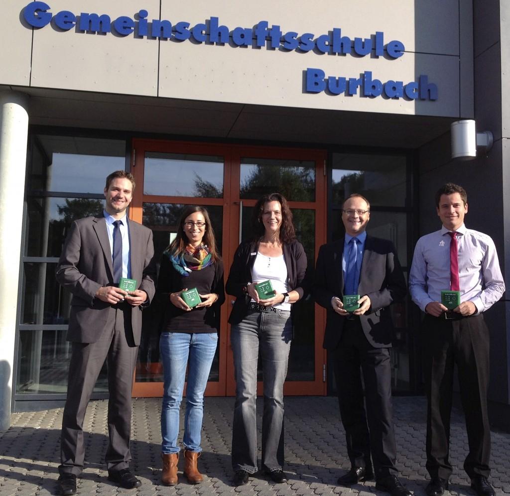 Die Gemeinschaftsschule freut sich auf eine gute Zusammenarbeit mit der AOK-Nordwest.  (v.l.: Sven Leidig (AOK), Sarah Leusch (Berufswahlkoordinatorin), Mechthild Ermert-Heinz (Schulleiterin), Bernd Engels (Niederlassungsleiter AOK), Christoph Schneider (AOK)