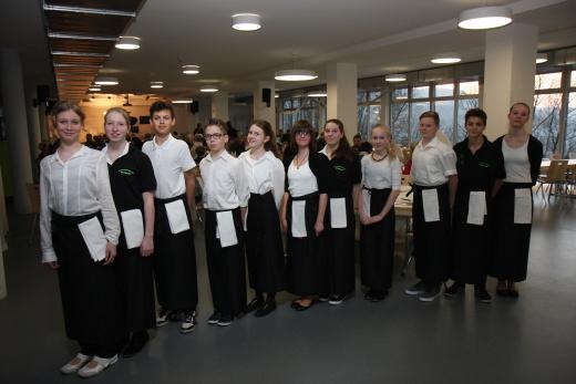 Schülerinnen und Schüler der Gemeinschaftsschule halfen gekonnt beim Servieren.