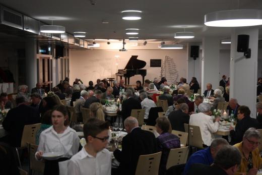 101 Personen fanden sich zum Benefiz-Dinner in der neuen Mensa der Gemeinschaftsschule Burbach ein.